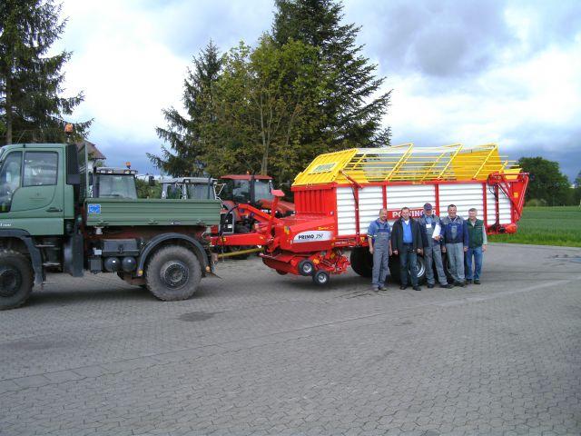 Übergabe eines Pöttinger Ladewagens an Gewässerdirektion Oberrhein.