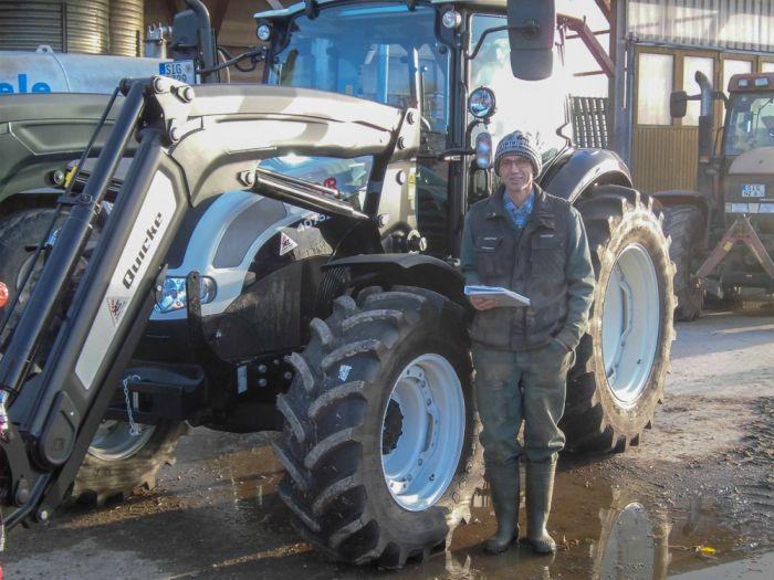 Markus Kempf mit der Jubiläumsmaschine Steyr Kompakt 4075