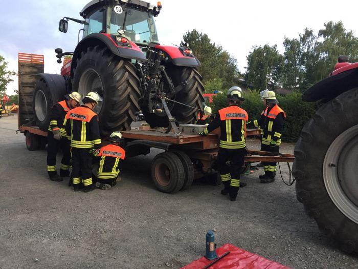Feuerwehr übt bei Landtechnik Hölscher