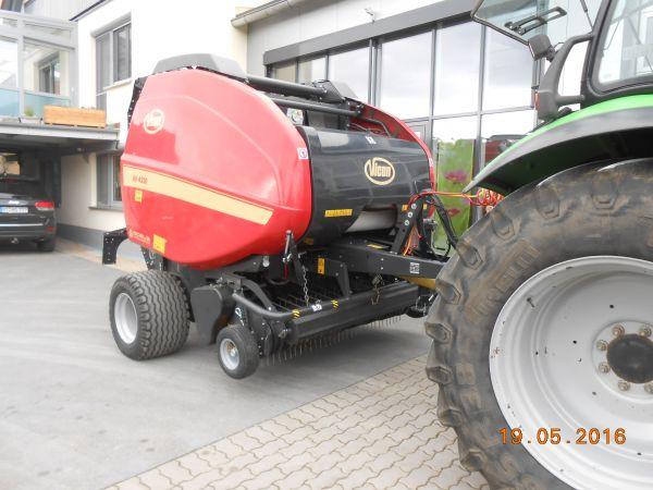 Rundballenpresse Vicon RV 4220 SC14 an Kroder + Ziegler aus Creussen übergeben