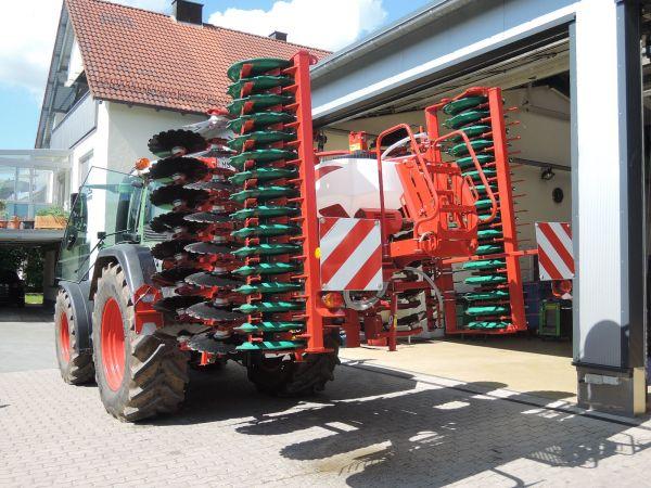 Neue Kverneland Scheibenegge Qalidisc 4000 an Sponsel Weilersbach übergeben