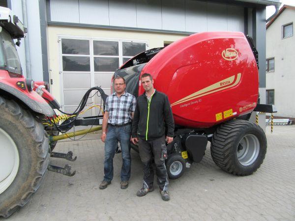 Neue Vicon Rundballenpresse RV-5216 an Fam. Brütting aus Lützelsdorf übergeben