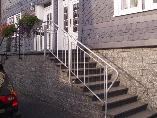 Treppengeländer angebracht an einer Steintreppe.
